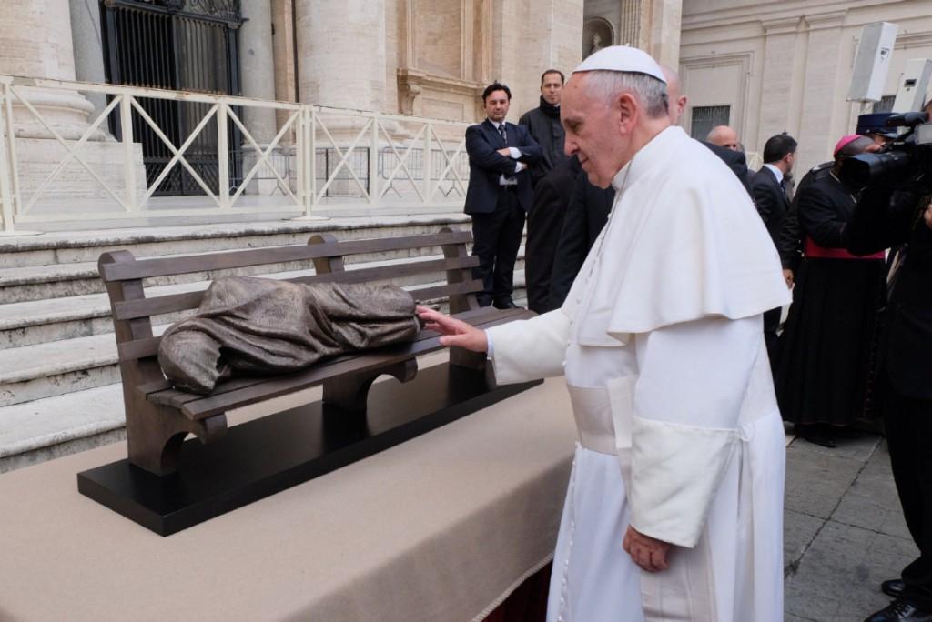 Hình: Đức Phanxicô làm phép bức tượng Chúa Giêsu, người vô gia cư của nghệ sĩ Timothy Schmalz ngày 20-11-2014 ở Vatican.
