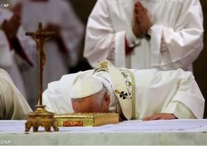 Giáo hoàng Phanxicô cầu nguyện trong thánh lễ cầu cho những người sống sót khỏi cơn bão Haiyan
