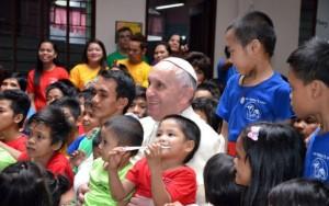 Giáo hoàng thăm trung tâm trẻ em đường phố