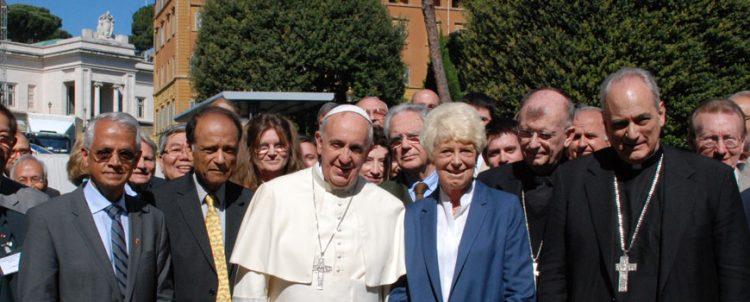 Các khoa học gia trong buổi họp Hội đồng giáo hoàng về khoa học xã hội tháng 5-2014. Bà Margaret Archer, chủ tịch Hội đồng giáo hoàng về khoa học xã hội