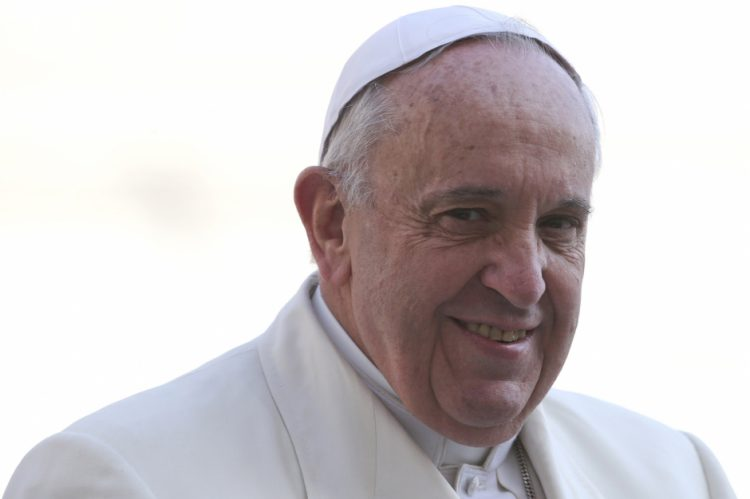 Đức Phanxicô đến Quảng trường Thánh Phêrô trong buổi tiếp kiến chung ngày 11-3-2015, REUTERS/Stefano Rellandini