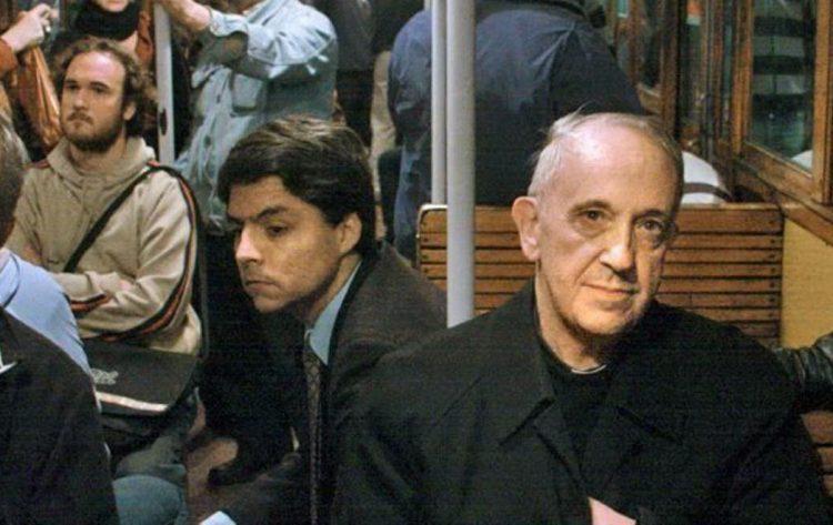 """Federico Wals, cựu tùy viên báo chí của Đức Phanxicô với bức hình nổi tiếng ngồi với """"ông chủ"""" của mình trên tàu điện ngầm ở Buenos Aires!"""