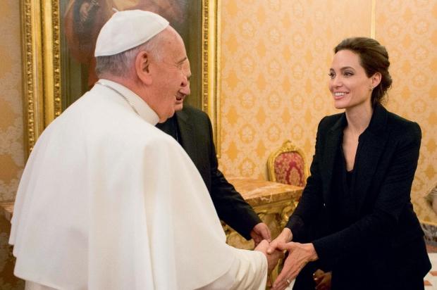 Dù nổi tiếng hay không nổi tiếng, họ đều bằng nhau dưới mắt ngài. Với nghệ sĩ Angelina Jolie trong buổi tiếp kiến riêng ngày 8 tháng 1-2015. Ngày 17-12-2013, cùng với đức ông Konrad Krajewski, người phụ trách các việc từ thiện của Tòa Thánh, Đức Phanxicô tiếp ba người vô gia cư và con chó Snoopy của họ.