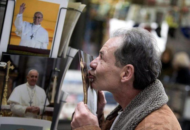 Gregorio, người vô gia cư gốc Ba Lan, hôn ảnh giáo hoàng sau khi được cắt tóc ở các nhà tắm nơi hàng cột quảng trường thánh Phêrô
