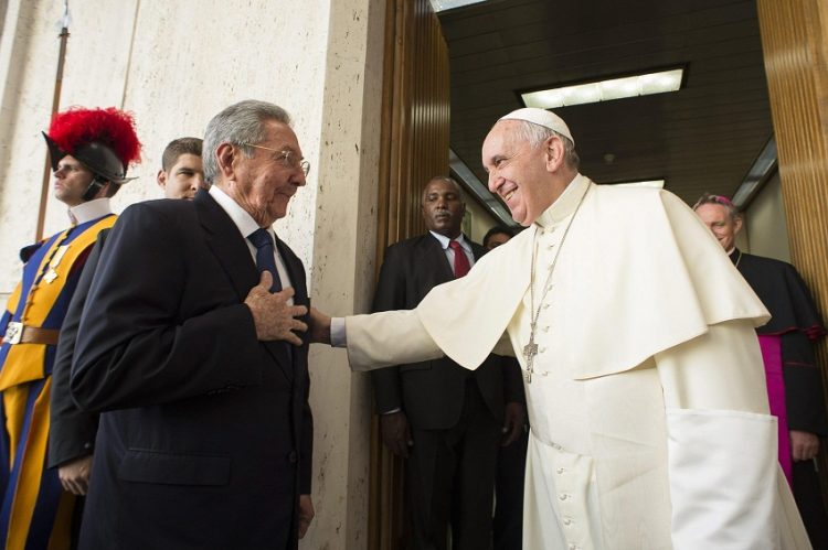 epa04742108 Pope Francis meets Cuban President Raul Castro during a private audience at the Vatican, 10 May 2015.  EPA/OSSERVATORE ROMANO PRESS OFFICE / HANDOUT   EDITORIAL USE ONLY/NO SALES