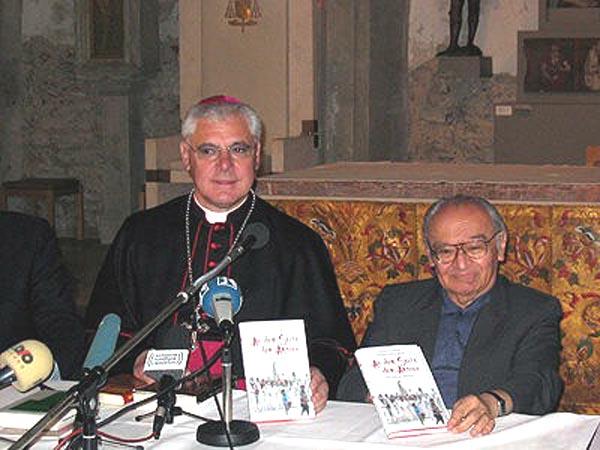 Giám mục Muller và cha Gutierrez trong buổi giới thiệu quyển sách hai người viết chung vào năm 2004 'Đứng về phía người nghèo - Thần học Giải phóng'