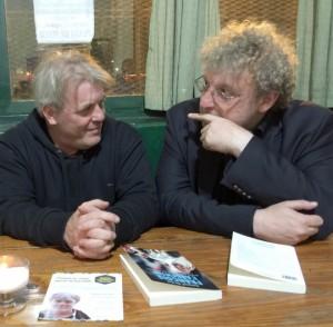 Ở Buenos Aires, Arnaud Bédat với Gustavo Vera, người bạn rất thân của giáo hoàng...