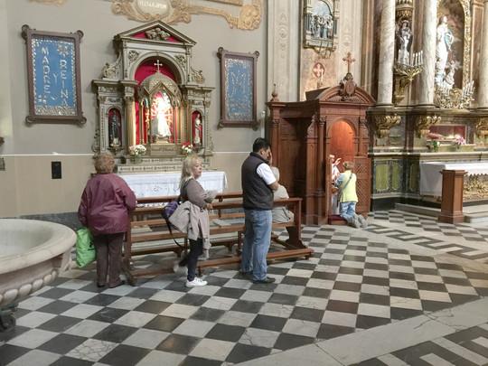 Ở Vương cung thánh đường San Jose, Buenos Aires, tòa giải tội danh tiếng nơi thanh niên trẻ Bergoglio 17 tuổi nhận ra ơn gọi của mình. bây giờ đây là một nơi  tôn kính