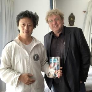Arnaud Bédat với Liu Ming, người châm cứu cho Đức Giáo hoàng