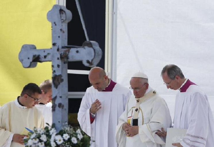 Đức Phanxicô bên cây thánh giá bị hư hại trong cuộc chiến tranh