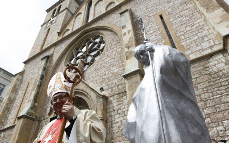 Hồng y Vinko Puljic của Sarajevo đứng trước tượng của thánh Gioan Phaolô II