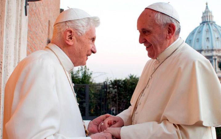 Giáo hoàng Danh Dự Bênêđictô XVI chào đón Giáo hoàng Phanxicô tại tu viện Mẹ Giáo hội ở Vatican, 23-12-2013