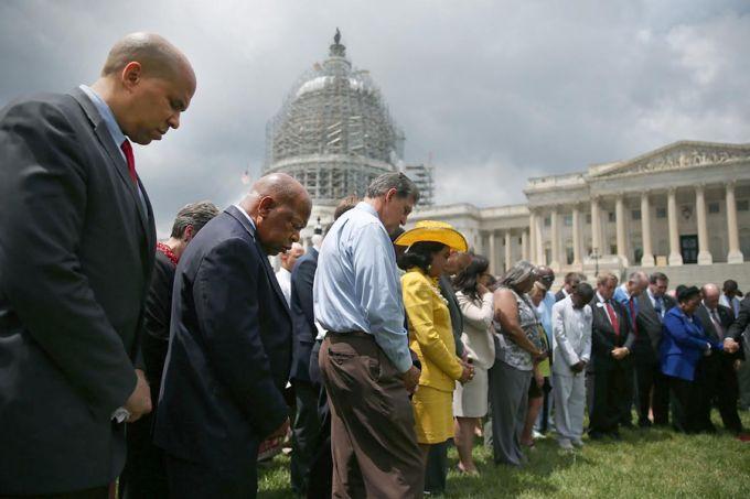 Thành viên nghị viện Hoa Kỳ, bên ngoài Nhà trắng,  đứng vòng tròn cầu nguyện cho các nạn nhân ở nhà thờ Charleston
