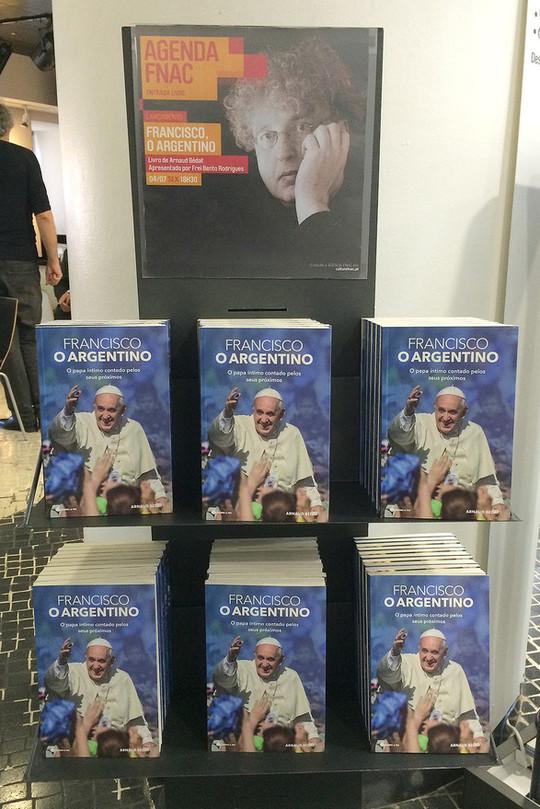 """Tháng 6-2014 trong một tiệm sách ở Lisbonne, quầy của ấn bản Bồ Đào Nha của """"Phanxicô, người Argentina"""""""