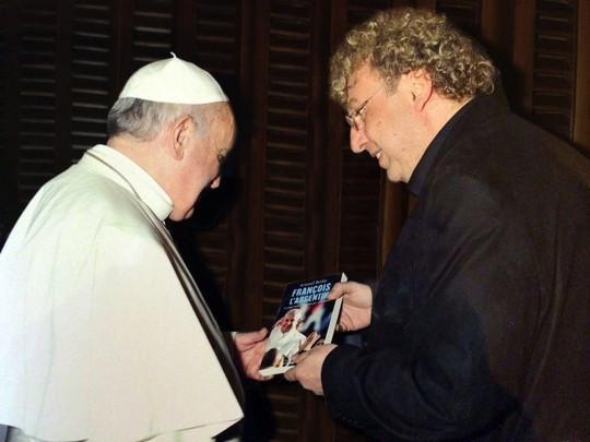 """Ngày thứ tư 6 tháng 8-2014 ở Vatican: khi Phanxicô người Argentina nhận quyển sách """"Phanxicô, người Argentina"""" từ tay của tác giả..."""