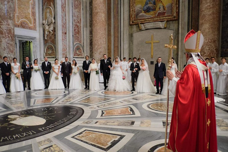 Vatican City. 14th September, 2014. Pope Francis celebrate the wedding of 20 couples in St. Peter - 14 September 2014 © Realy Easy Star/Alamy Live News