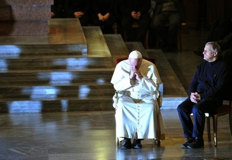 Đức Phanxicô ngồi bên cạnh linh mục Luigi Ciotti của Hiệp hội Libera trong buổi gặp các nạn nhân của mafia ở nhà thờ San Gregorio, Rôma ngày 21 tháng 3-2014