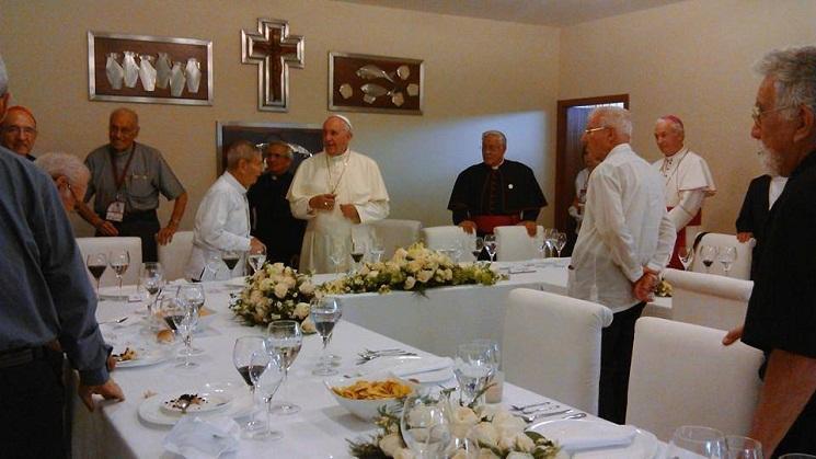 Đức Phanxicô với cha Paquito trong bữa trưa với các cha dòng Tên tại trường Javier ở Guayaquil