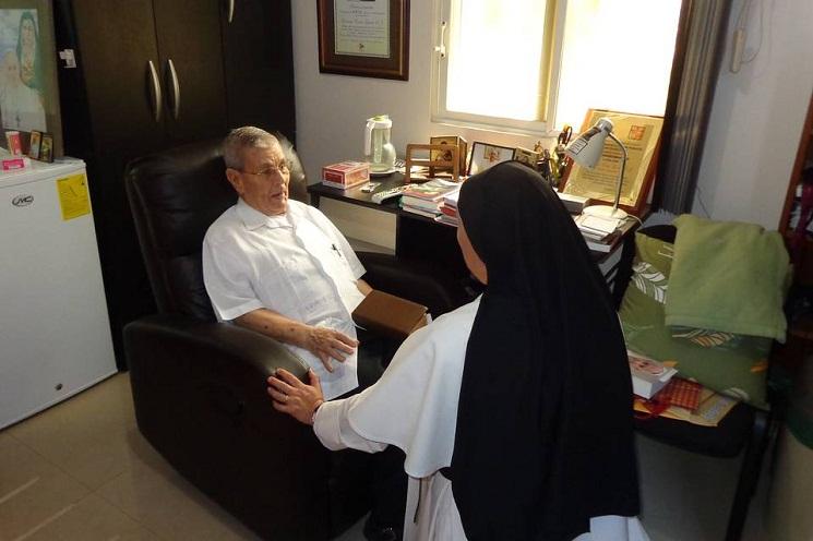 Linh mục Francisco Cortés trong phòng của ngài tuần vừa qua