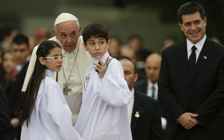 Đức Phanxicô nói chuyện với hai trẻ em, và bên cạnh là tổng thống Horacio Cartes, tại Luque, Paraguay, thứ sáu 10-7