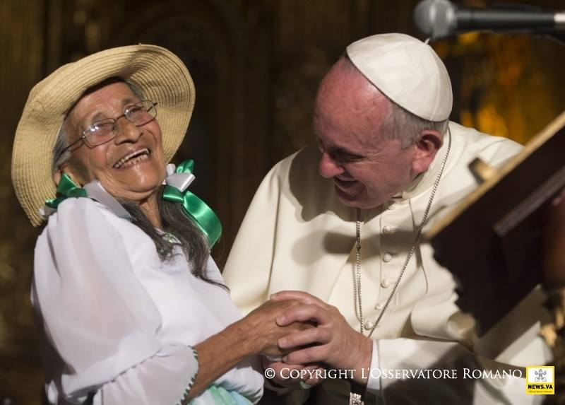 Đức Phanxicô gặp bà Imelda Caicedo Vega 85 tuổi trong Phong trào Xã hội Dân sự ngày 7 tháng 7 ở nhà thờ Phanxicô, Ecuador