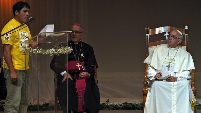 la-fg-pope-praises-paraguay-women-20150711-002