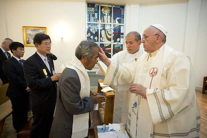 Trong chuyến đi Hàn Quốc cách đây một năm, Đức Phanxicô đã rửa tội cho cha của một trong các nạn nhân vụ đắm phà cách đó mấy tháng