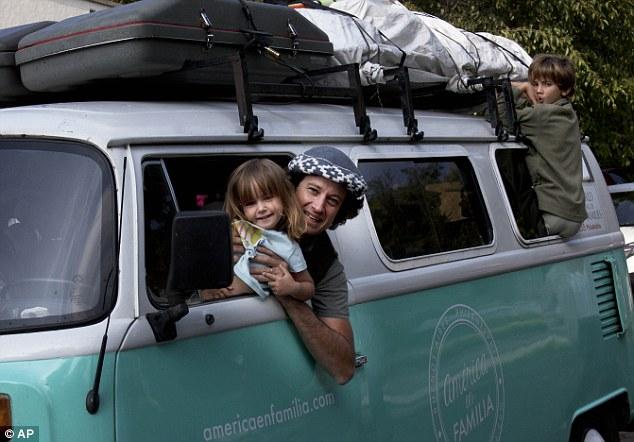 Gia đình: Catire Walker chụp với con gái Carmin 3 tuổi và con trai Dimas, 8 tuổi. Noel Walker, 39 tuổi ngồi trong xe. Mễ Tây Cơ, thứ bảy 22-8-2015