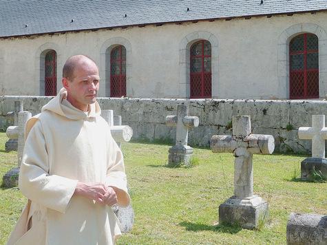 Linh mục Dysmas de lassus, người kế vị thứ 74 của Thánh Brunô. Dòng Chartreux còn đưọc gọi là Dòng Thánh Brunô, tên vị sáng lập Dòng.