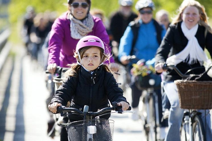 cph_girl-pink-helmet_cyklistforbundet-mikkel_ostergaard
