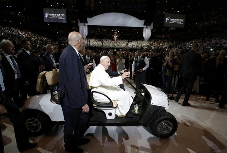 Đức Phanxicô đi golf cart