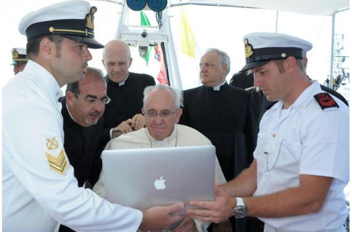 Đức Phanxicô xem máy vi tính trên chiếc tàu ngoài khơi Lampedusa, Ý ngày 8 tháng 7-2013. Hình của văn phòng báo chí Vatican