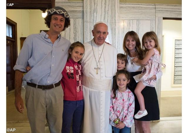 Đức Phanxicô gặp gia đình Catire và Noel Walker và các con, từ trái, Cala, Dimas, Mia và Carmin) ngày chúa nhật tại Đại chủng viện San Carlos Borromeom, Philadelphia.
