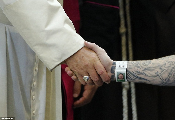 2CD3DDB000000578-3250894-There_was_a_vast_contrast_between_Pope_s_arm_and_the_prisoner_s_-a-84_1443369553369
