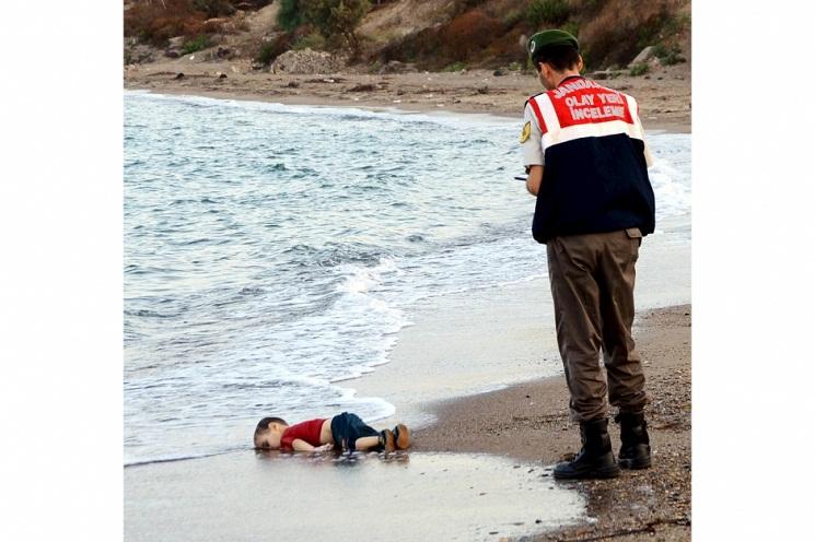 Em bé Gulip, người Syria, bị chết đuối trên một bãi biển ở Thổ Nhĩ Kỳ, khi cùng cha mẹ lên thuyền đi đến đảo Kos, Hy Lạp.