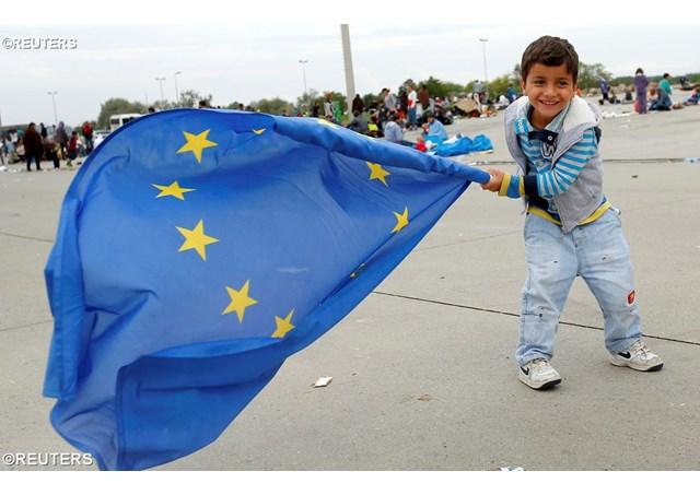 Một em bé tị nạn vừa đến Áo