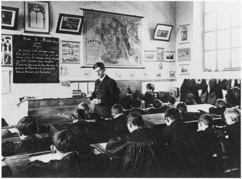 """Một nhà giáo dạy bài học luân lý về chủ đề """"Làm sao tiết kiệm"""" ở một trường tiểu học năm 1909"""