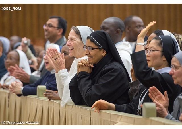 Đức Phanxicô gặp các nhà đào tạo các tu sĩ tận hiến trẻ ở Đại Thính Đường Phaolô VI,Tháng 4-2015,