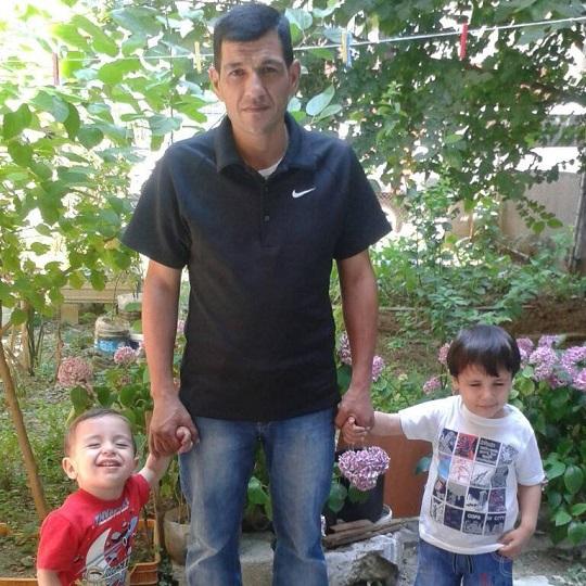 Abdullah Kurdi với hai con Alan (bên trái) và Ghalib