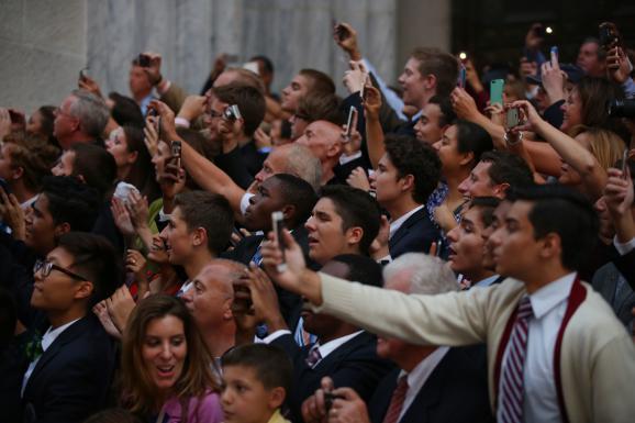 Nhiều người hiếu kỳ chen nhau chụp ảnh