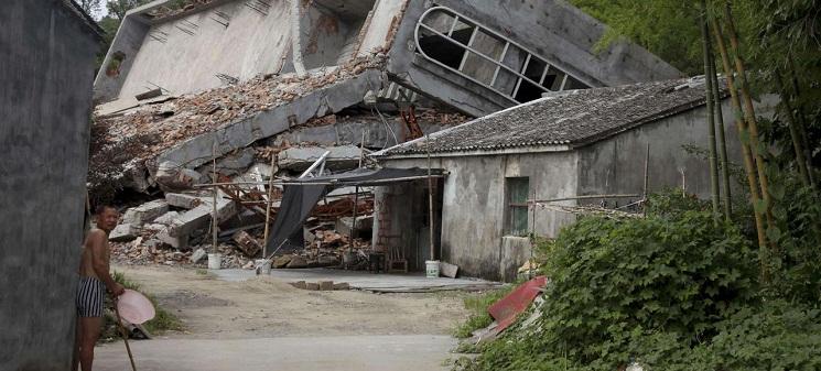 Một người đàn ông đứng trước cảnh đổ nát của một nhà thờ ở Pinyang gần Ôn Châu. Từ năm 2013, nhà cầm quyền đã hạ 1200 cây thánh giá và phá hủy nhiều nhà thờ. Didi Tang/AP/SIPA/Didi Tang/AP/SIPA