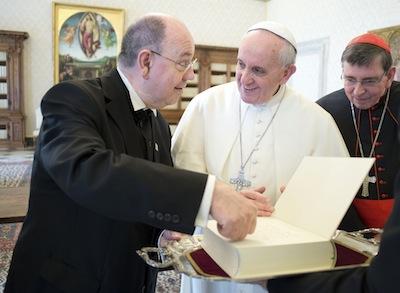 Đức Phanxicô nhận quyển sách từ tiến sỹ Nikolaus Schneider, chủ tịch hội đồng phái Phúc âm Đức