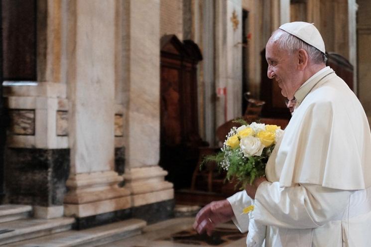 Đức Phanxicô dâng hoa kính Mẹ
