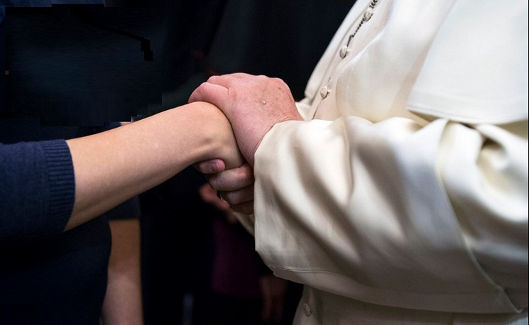 Đức Phanxicô trong buổi tiếp kiến tháng 4-2014 với các nạn nhân của nạn buôn người.