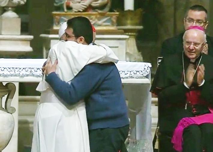 Đức Phanxicô ôm một linh mục gốc Albania, tại nhà thờ chính tòa Florence