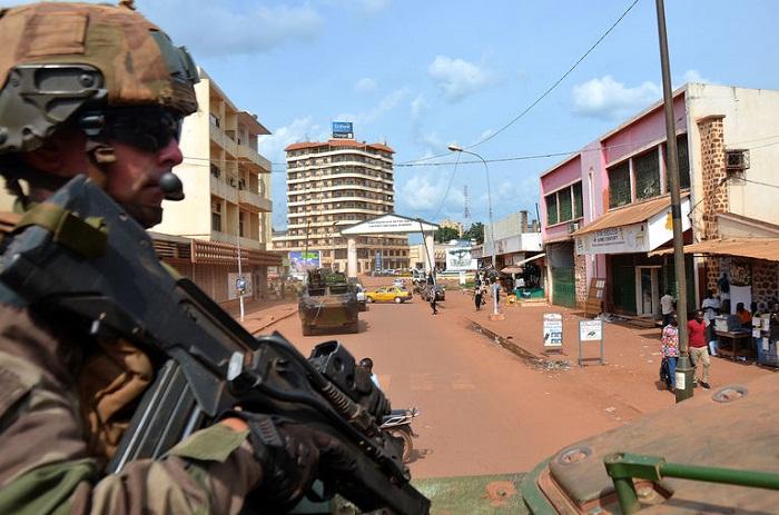 Một quân nhân Pháp đi tuần tra ở khu vực La Coquette, Bangui ngày 20 tháng 5-2015