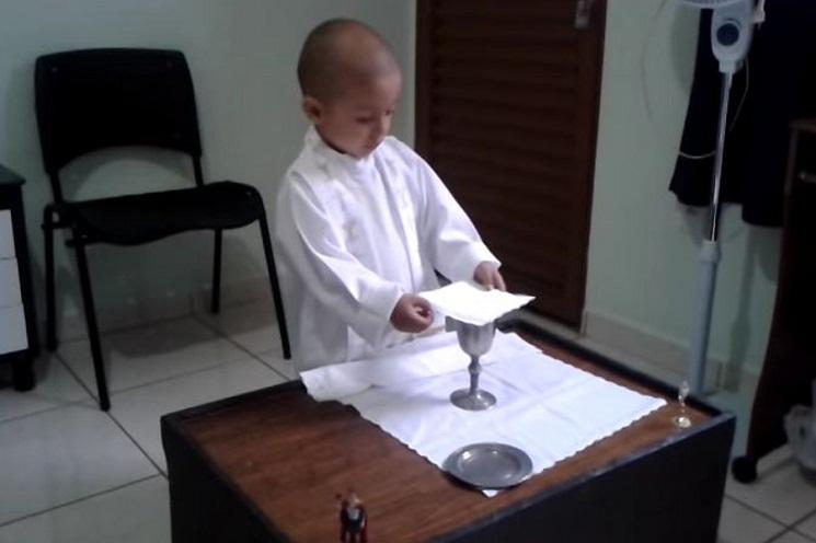Rafael, cậu bé nhỏ mê cử hành thánh lễ