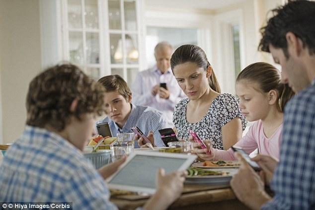 Smartphone và tivi trong bữa ăn làm hại gia đình