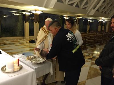 rửa tội bé Francis