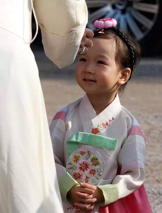 Đức Phanxicô và em bé Hàn Quốc